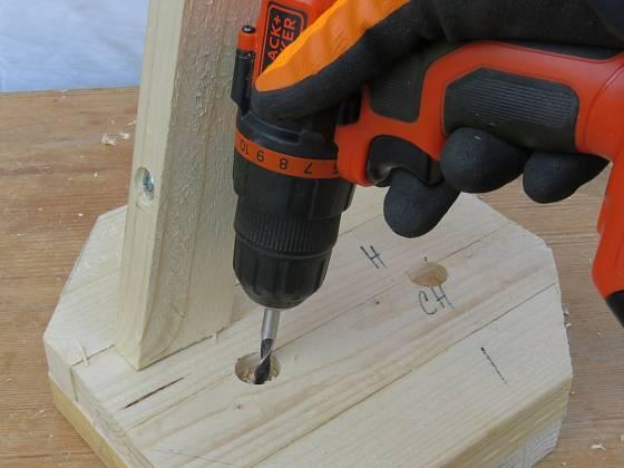 Výroba dřevěné trojnožky: Vrtáme podle postavené nohy
