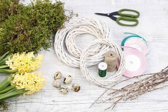 Proutěný základ, mech, křepelčí vejce, větvičky vrby jívy, stužky, živé květiny (hyacinty).