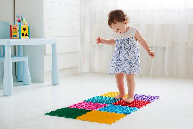 Chůze po rozmanitém povrchu je pro děti zábavou i cvičením zároveň.