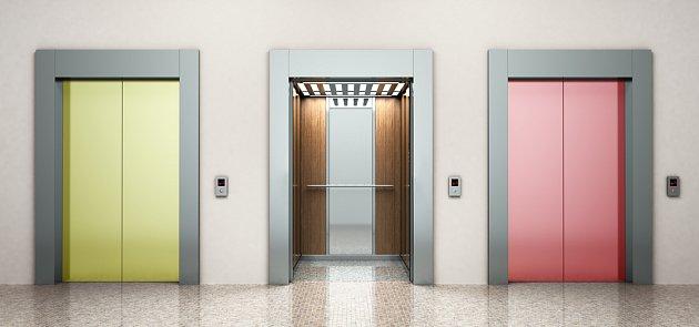Dodatečná instalace výtahu je řešením problému s pohyblivostí obyvatel domu.