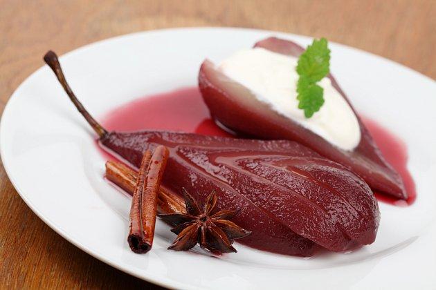 Hrušky v červeném víně jsou příjemným lehkým dezertem.