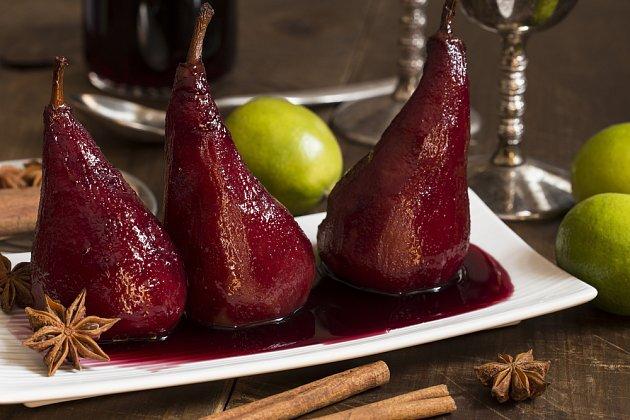 Hrušky na červeném víně jsou lahodné a pohledné