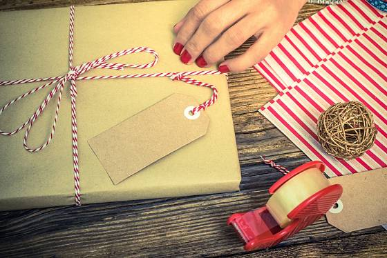 Ve zlatých barvách - balení dárku i jmenovka.