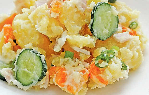 Vlažný bramborový salát s okurkou