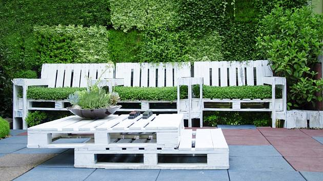 Zahradu je možné zvelebit mnoha způsoby- nábytkem z palet, vlastnoručními nátěry nebo originálními květináči