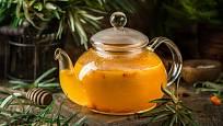 Rakytníkový čaj v konvici.