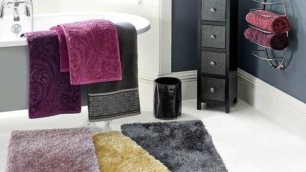 Koupelnu snadno proměníme díky barevným doplňkům.
