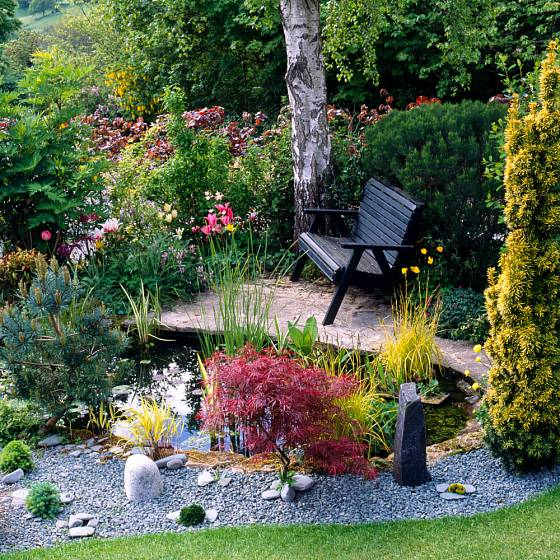 Zahradní zákoutí se zpevněnou přístupovou cestou.