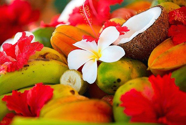 Květy ibišku ladí s exotickým ovocem