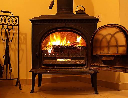 topení dřevem