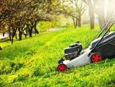 S tupým nožem totiž neuděláte ostrý řez a váš trávník bude tak akorát nehezky oškubaný.