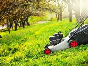 S tupým nožem v sekačce nedosáhnete ostrého řezu a váš trávník bude spíše než posekaný nehezky oškubaný.