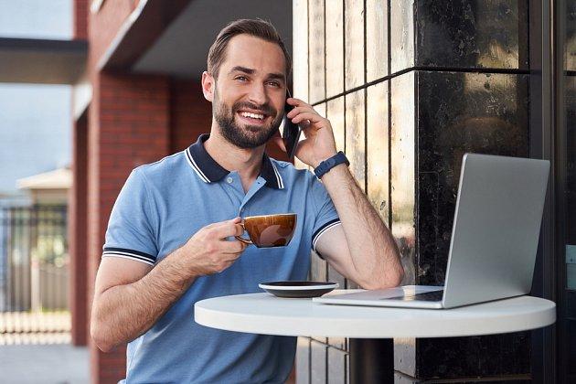 Káva nás okamžitě stimuluje, povzbudí a 'nakopne'
