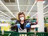 Nakupování s ochrannými pomůckami je někdy krkolomné.