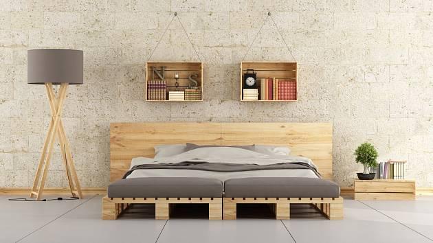 Velmi oblíbeným kusem nábytku z palet jsou poslední dobou právě postele.