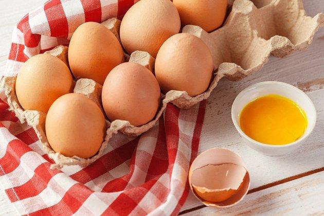 Čerstvá slepičí vejce z farmy se výrazně liší od těch, která koupíte v obchodech