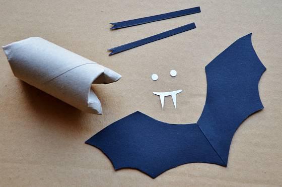 Z ruličky vytvoříte tělo, z černého papíru křídla netopýra