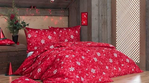 Sytý vánoční odstín červené barvy nechá vyniknout světlým motivům vloček.