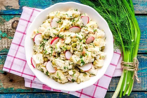 Letní bramborový salát s vařenými vejci, ředkvičkami a koprem