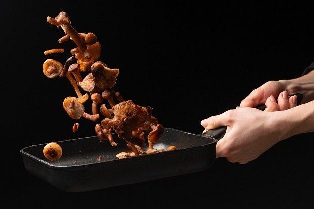 Houby rozmrazovat nemusíte. Stačí celou porci vložit do hrnce nebo na pánev.