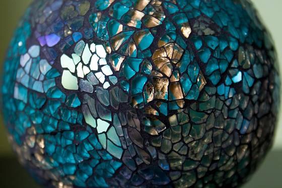 Ručně skládaná mozaika na povrchu katalytické lampy