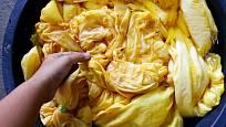 K oživení žluté barvy je možné použít kurkumu.