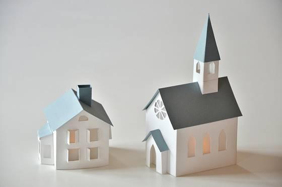 Stejným postupem jako kostelík vytvoříme i papírový domeček