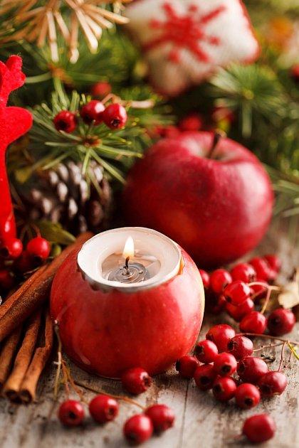 Z krásných červených jablek snadno vytvoříte zajímavý svícen.