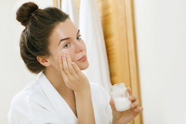 Kokosový olej je zvlášť vhodný pro suchou pokožku.