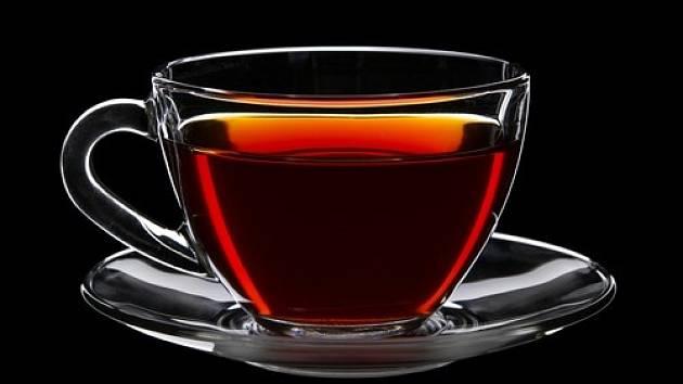 Možná tomu nebudete věřit, ale právě černý čaj dokáže při úklidu skutečně zázraky.