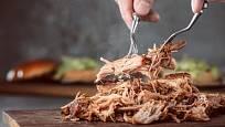 Maso natrháte snadno pomocí dvou vidliček.