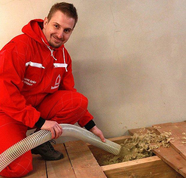 Výplň dutého stropu foukanou minerální izolací Magmarelax