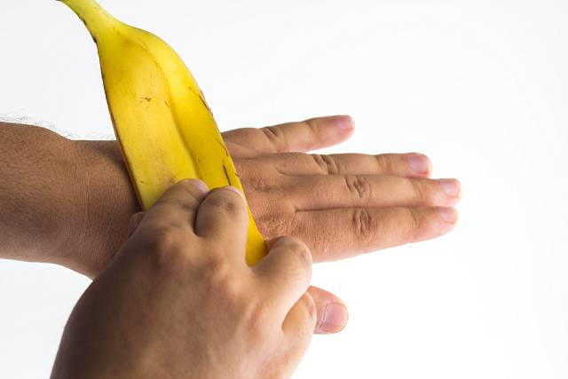 Vnitřkem slupky od banánů můžeme potřít ruce.