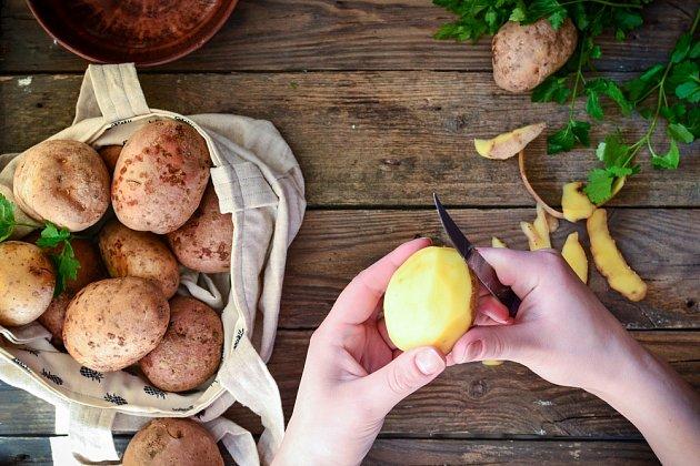 Je vhodné pálit bramborové slupky v suchém stavu denně nebo alespoň dva dny před čistěním štětkou