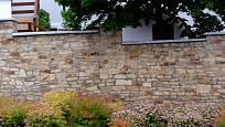 Kamennou zeď krášlí výsadba trvalek