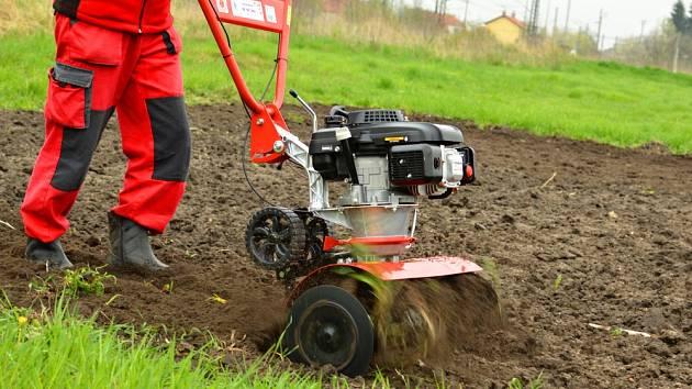 Stroje pomohou s péčí o půdu.