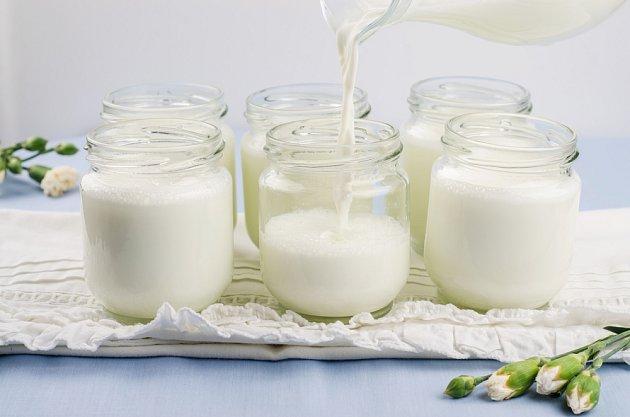 Horké mléko nalijete do sklenic a přidáte jogurtovou kulturu