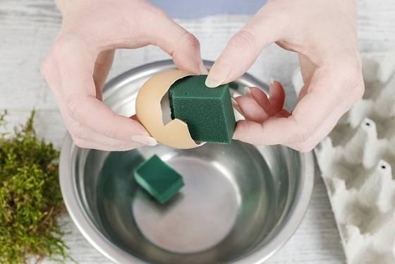 Aranžovací hmotu odřízneme, necháme nasáknout vodou a vložíme do skořápky.
