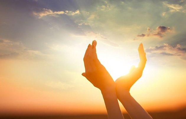 Kam nechodí slunce, tam chodí lékař. Pokud je užíváme s mírou, sluneční paprsky nám prospějí.