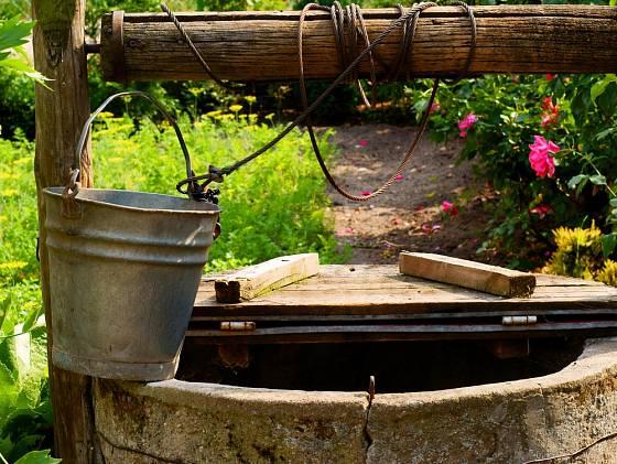 Studna tvoří v zahradě zajímavé zákoutí
