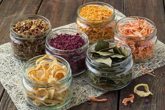 Sušenou zeleninu uchováváme stejně, jako koření a bylinky - v suchu, temnu a chladnu