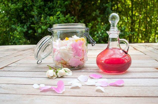 Z okvětních plátků růží můžete připravit i sirup