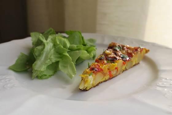 Španělskou tortillu můžeme doplnit salátem.