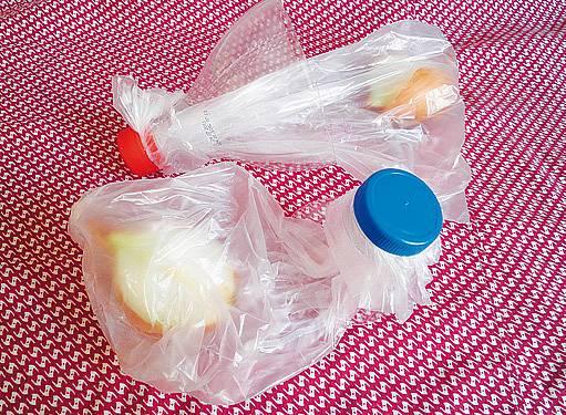 uzavření pytlíku pomocí vršku PET lahve