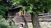 Návštěva na chalupě v Orlických horách: Mirka si hoví v houpačce pod vrbou z pomlázky
