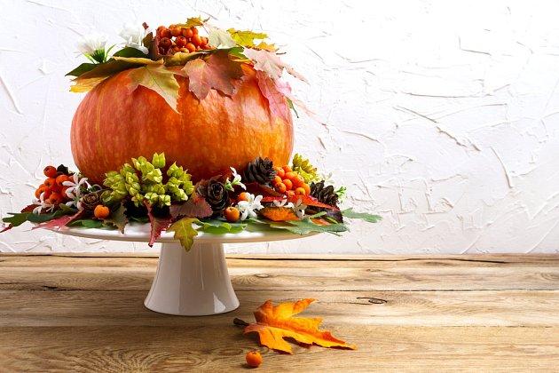 Dýni můžeme naaranžovat na dortový podnos a přidat krásně vybarvené podzimní listy.
