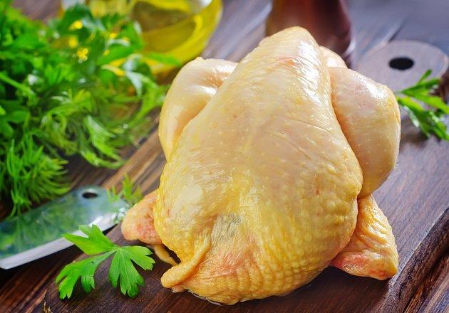 Složení potravy může mít vliv na barvu kuřete.