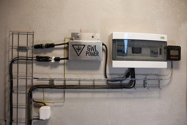 Technické zázemí solárních panelů na střeše rodinného domu