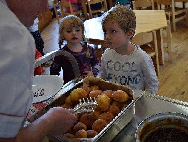 Děti z MŠ Semínko při výdeji jídla.