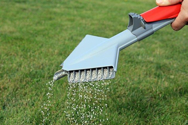 Hnojení trávníku pomocí aplikátoru.